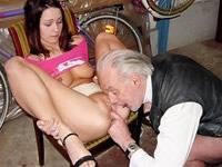 klussen voor sex opa neukt tiener